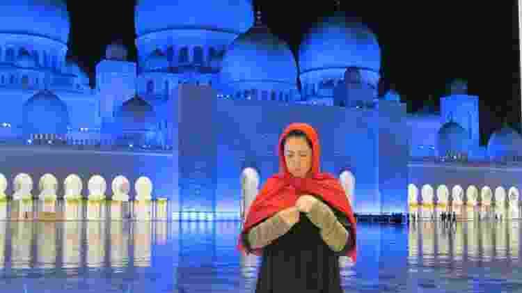 """""""Abu Dhabi tem uma das mais bonitas mesquitas que já vi. Precisa estar devidamente coberta para conhecer. Um programa gratuito e simplesmente de cair o queixo com tanta beleza e riqueza"""" - Arquivo pessoal - Arquivo pessoal"""