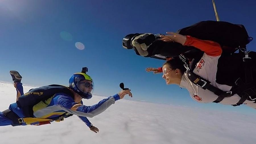 O empresário Pedro Ozores pede a atriz Milena Toscano em casamento durante salto de paraquedas  - Reprodução/Instagram