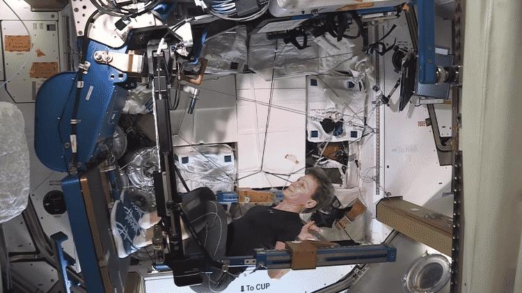 Peggy levantando peso no espaço - Reprodução/Youtube - Reprodução/Youtube