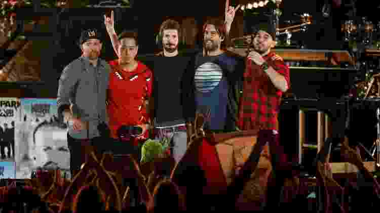 Integrantes do Linkin Park Farrell, Hahn, Delson, Bourdon e Shinoda agradecem ao público em Los Angeles - REUTERS/Mario Anzuoni