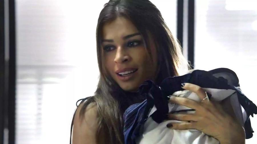 """Lívia pede para segurar o filho de Clara em """"O Outro Lado do Paraíso"""" - Reprodução/Gshow"""