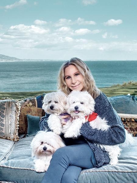 """Barbra Streisand posa com suas cachorras -- duas das quais são clones -- para a revista """"Variety"""" - Reprodução/Variety"""