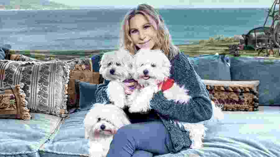 """Barbra Streisand posa com duas cachorras -- duas das quais são clones -- para a revista """"Variety"""" - Reprodução/Variety"""