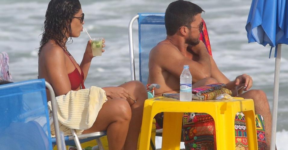 A atriz Juliana Paes também tomou uma caipirinha no domingo de folga em família na praia de Grumari, zona oeste do Rio
