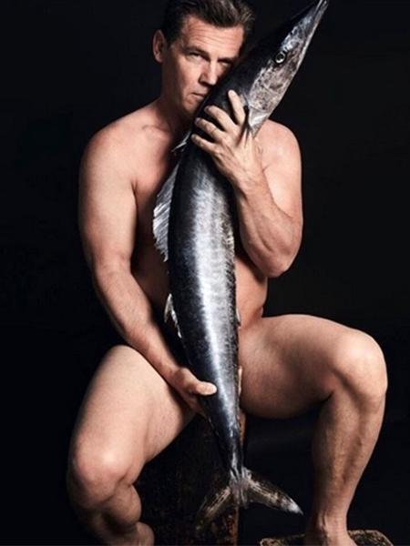 Josh Brolin posa nu em campanha de conscientização da pesca predatória - Divulgação