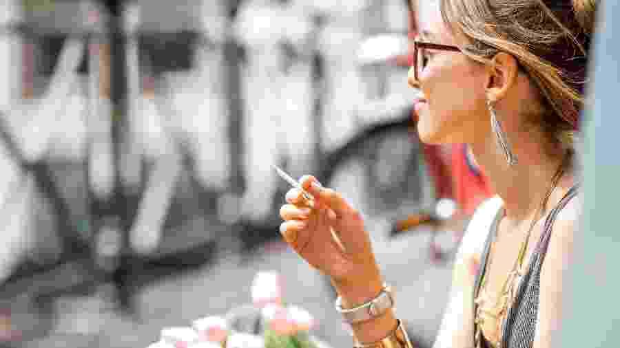 As gerações Y e Z tendem a fumar menos maconha do que a geração X, que tem entre 35 e 54 anos - Getty Images