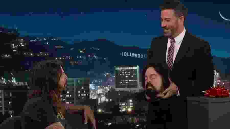 Dave Grohl dá réplica de sua cabeça cortada de presente para Jimmy Kimmel - Reprodução