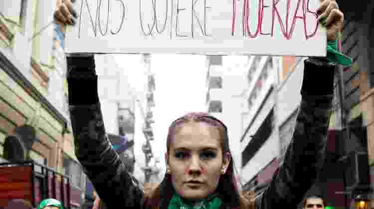"""""""Nós querem mortas"""", diz cartaz de manifestantes pról aborto. Milhares de pessoas protestam em frente ao Congresso Nacional em Buenos Aires, Argentina, pela legalização do aborto - Isis Medeiros/Farpa/Folhapress - Isis Medeiros/Farpa/Folhapress"""