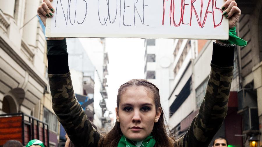 """""""Nós querem mortas"""", diz cartaz de manifestantes pró-aborto. Milhares de pessoas protestam em frente ao Congresso Nacional em Buenos Aires, Argentina, pela legalização do aborto - Isis Medeiros/Farpa/Folhapress"""
