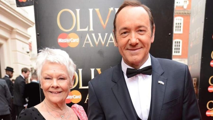 Judi Dench posa com Kevin Spacey - Rex Features