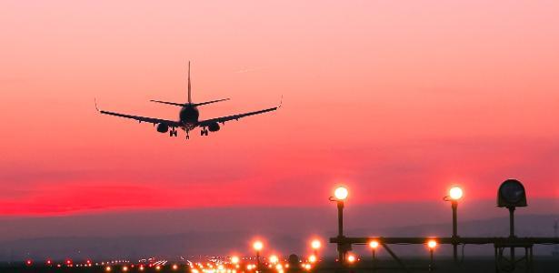 Como o piloto sabe a hora certa de iniciar a descida para pouso do avião?
