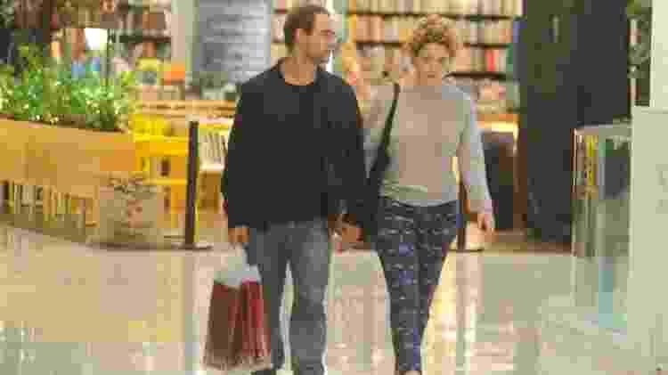 Leandra Leal passeia de mãos dadas por shopping no Leblon, zona sul do Rio - Webert Belicio / Ag.News