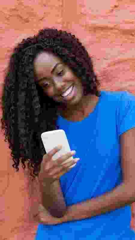 Mulher no celular aplicativo de paquera - DMEPhotography/iStock - DMEPhotography/iStock