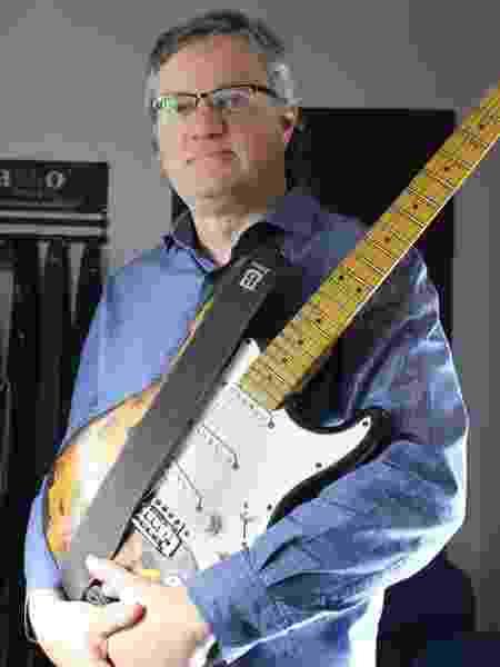 Marcos Basso usa o laminado vegano na fabricação de correias para guitarras - Divulgação
