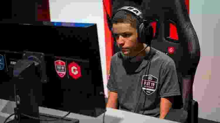 O craque de 19 anos atualmente joga pela Sagan Tosu, do Japão. - CBF/Gfinity eSports
