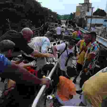 DJ Diplo (de costas) se abaixa após tiroteio em bloco de Carnaval em Pinheiros, São Paulo - Amauri Nehn/Brazil News