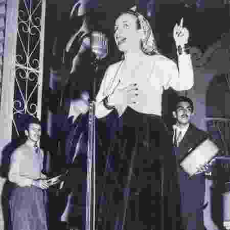 Carmen Miranda em gravação na BBC, em Londres, com o conjunto Bando da Lua - BBC - BBC