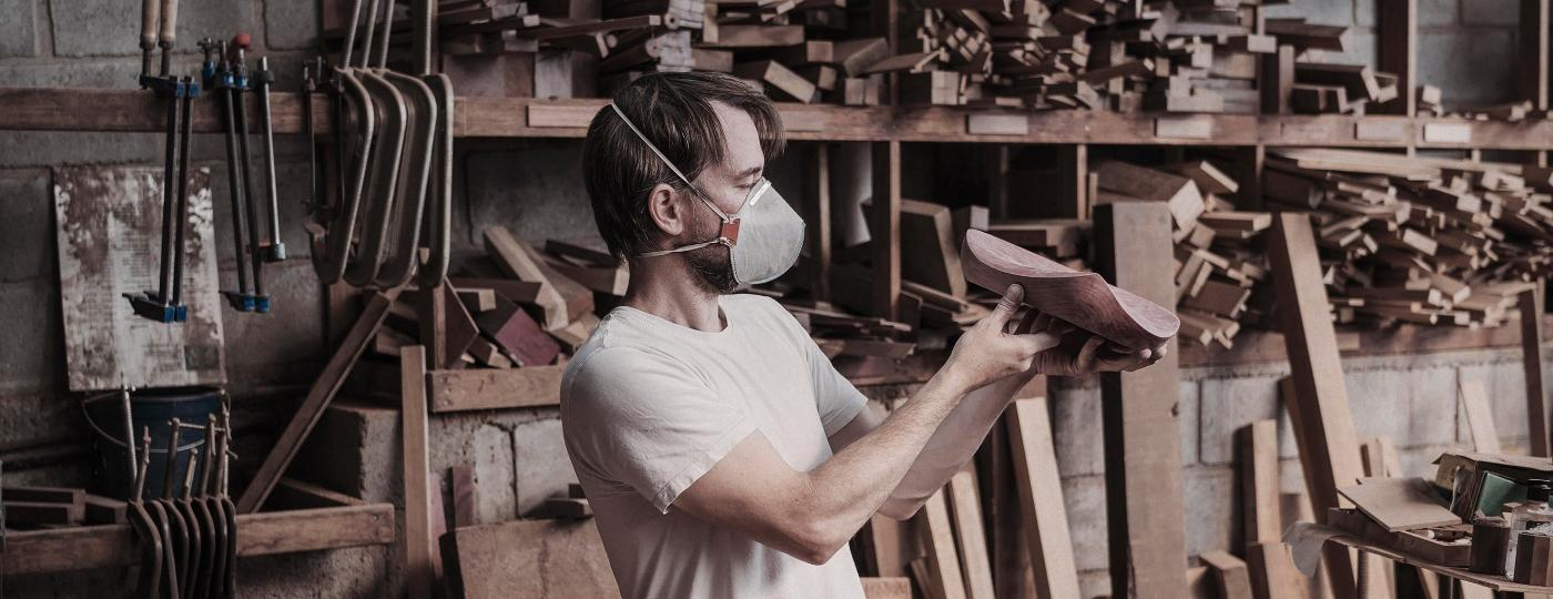 O marceneiro Ricardo Graham em seu ateliê, em Nova Friburgo (RJ) - Salvador Canto/Divulgação