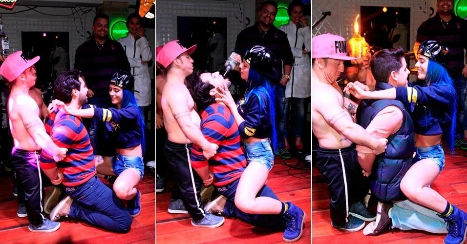 12.jul.2015 - No sábado (11), a Mc Tati Zaqui, capa da Playboy de julho, se apresentou em um bar em Campos do Jordão e chamou um fã para subir no palco e dançou com ele com poses sensuais