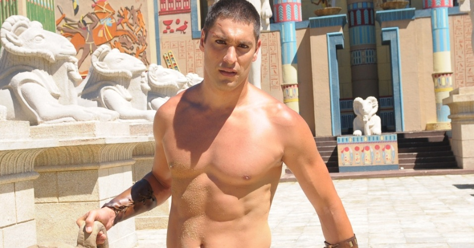 """Ikeni (Victor Pecoraro) também faz muitas mulheres se concentrarem ainda mais e pararem para apreciar seu corpo em """"Os Dez Mandamentos"""""""