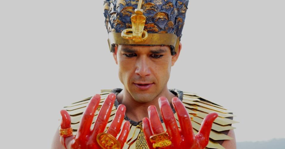Ramsés (Sergio Marone) desdenha mais uma vez do poder de Deus e avisa que os hebreus não irão para lugar nenhum. Incrédulo, o faraó vê as águas do Rio Nilo se transformarem em sangue na primeira praga do Egito