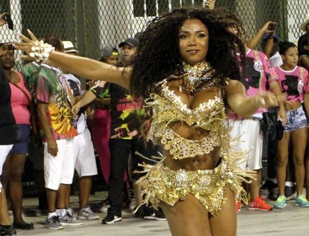 21.dez.2015 - Rainha de Bateria Evelyn Bastos em ensaio da Mangueira na Marquês de Sapucaí na noite de domingo (20)
