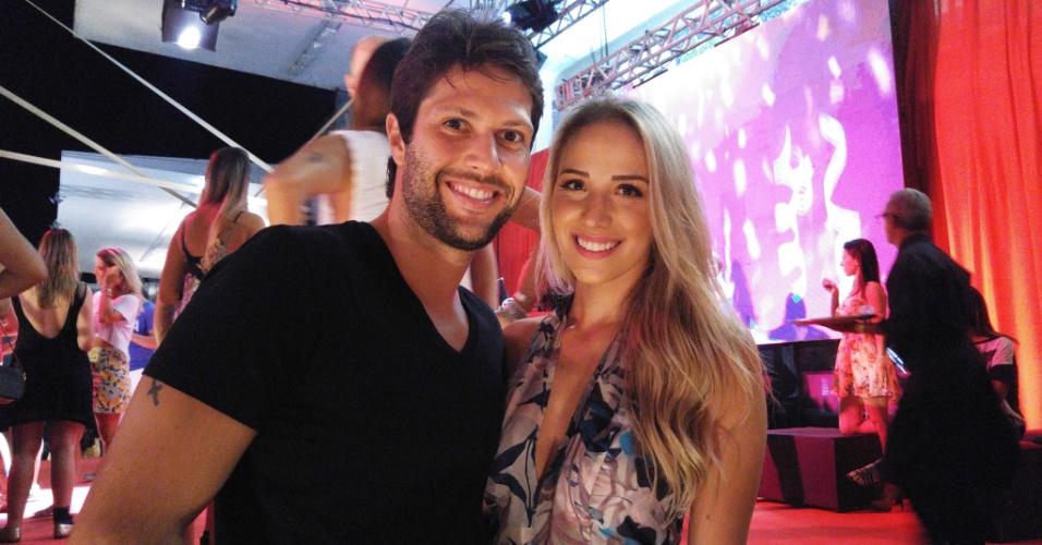 5.fev.2015 - O ator Gustavo Leão com a mulher, Pamela de Oliveira, no CarnaUOL RJ
