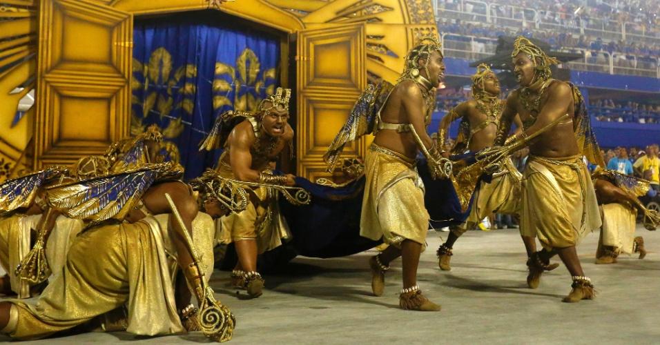 8.fev.2016 - A Beija-Flor também abusa do luxo para lembrar do ciclo do ouro em Minas Gerais, sobretudo nas cidades da região de Congonhas de Sabará, atual Nova Lima, terra natal do homenageado, o Marquês de Sapucaí.