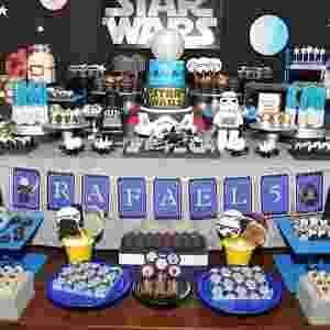 """À frente da mesa do Parabéns, nesta festa de cinco anos inspirada nos filmes e games LEGO """"Star Wars"""", a doceria Nika Linden criou bombons em 3D no formato dos personagens - Gilberto Cavalini/Divulgação"""