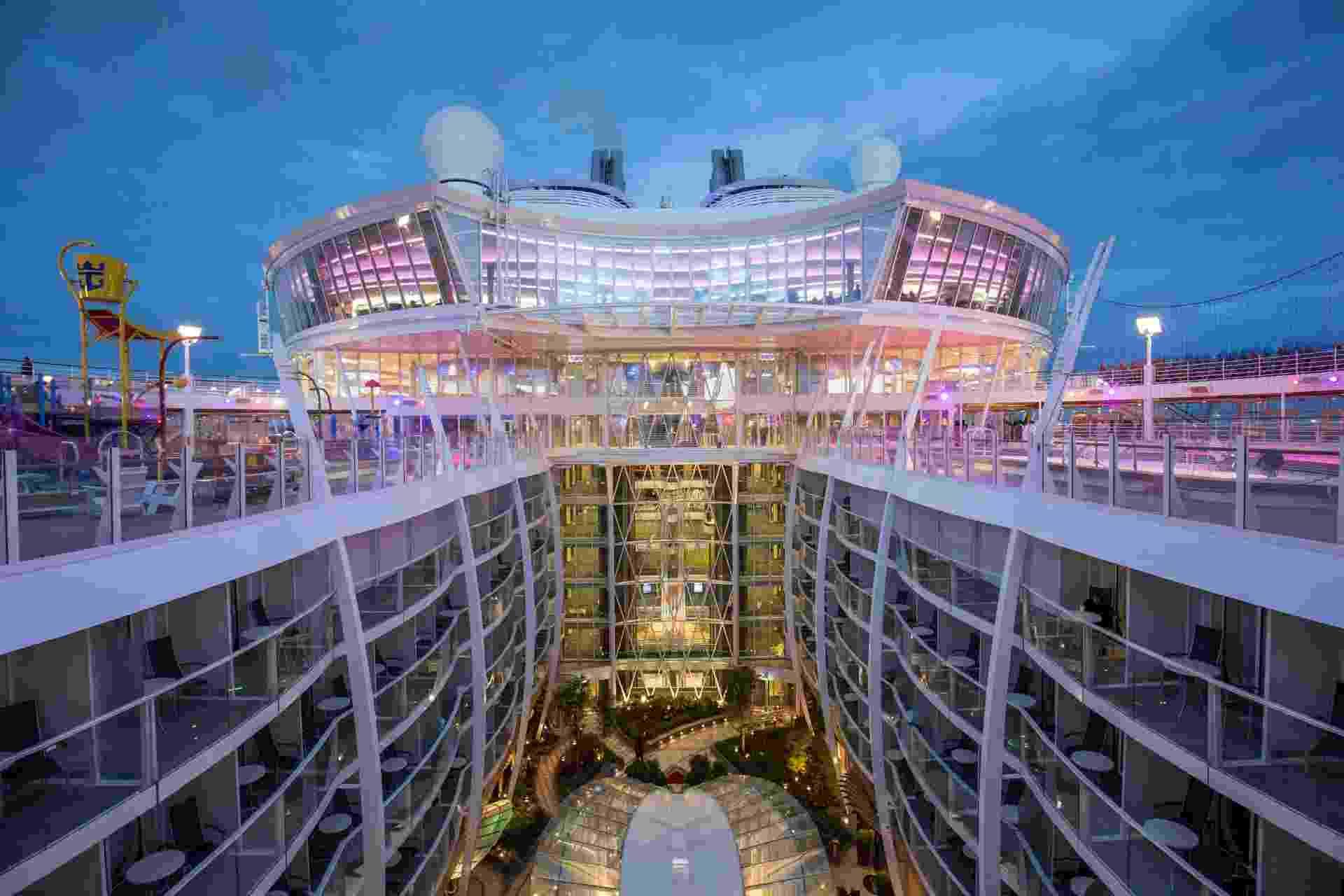 Maior navio de cruzeiro do mundo, o Harmony of the Seas tem 361,7 metros de comprimento, 66,4 metros de largura, 2.747 cabines e capacidade para 6.780 hóspedes - Divulgação/Royal Caribbean