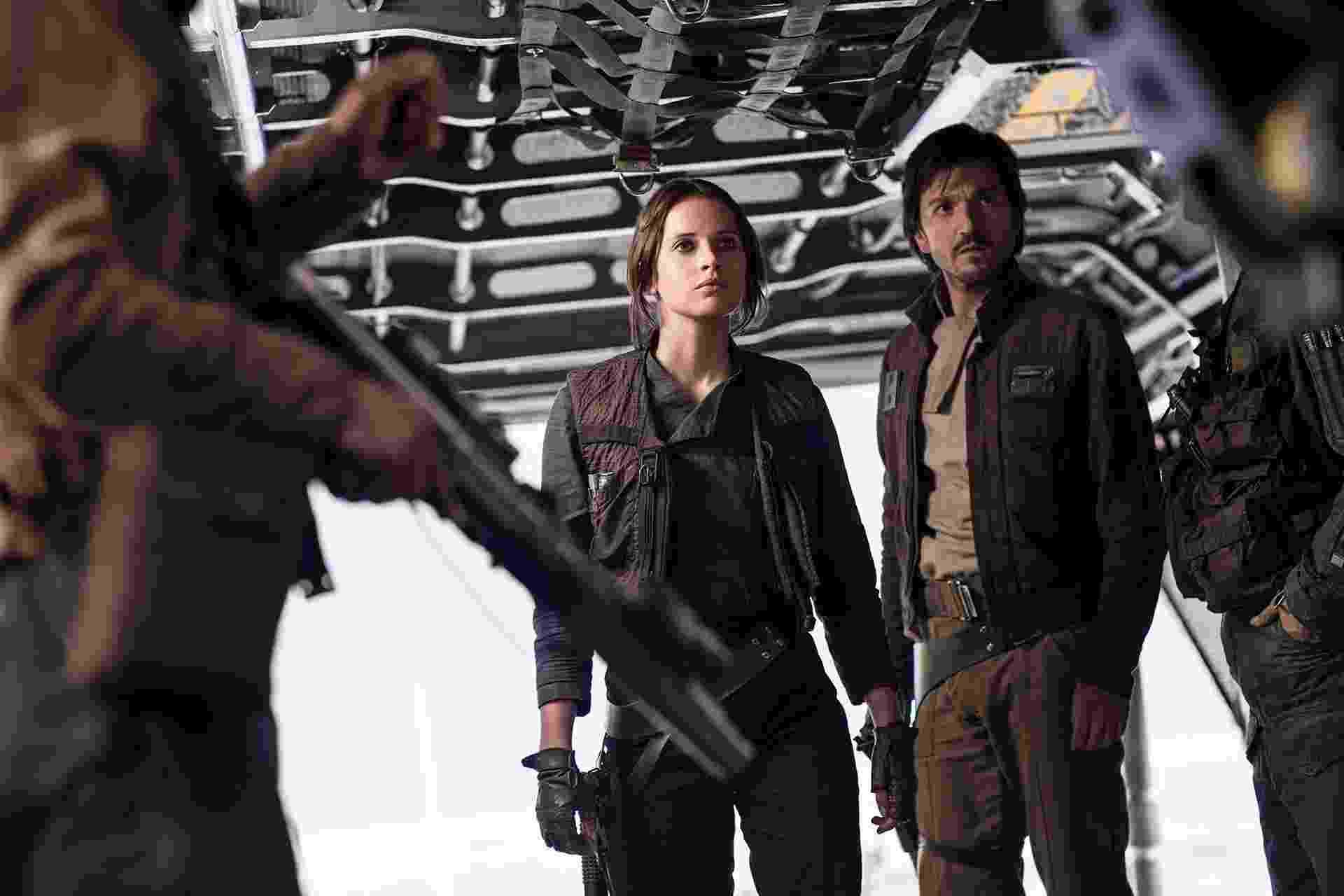 """Felicty Jones e Diego Luna em cena de """"Rogue One: Uma História de Star Wars"""" - Divulgação/Disney"""