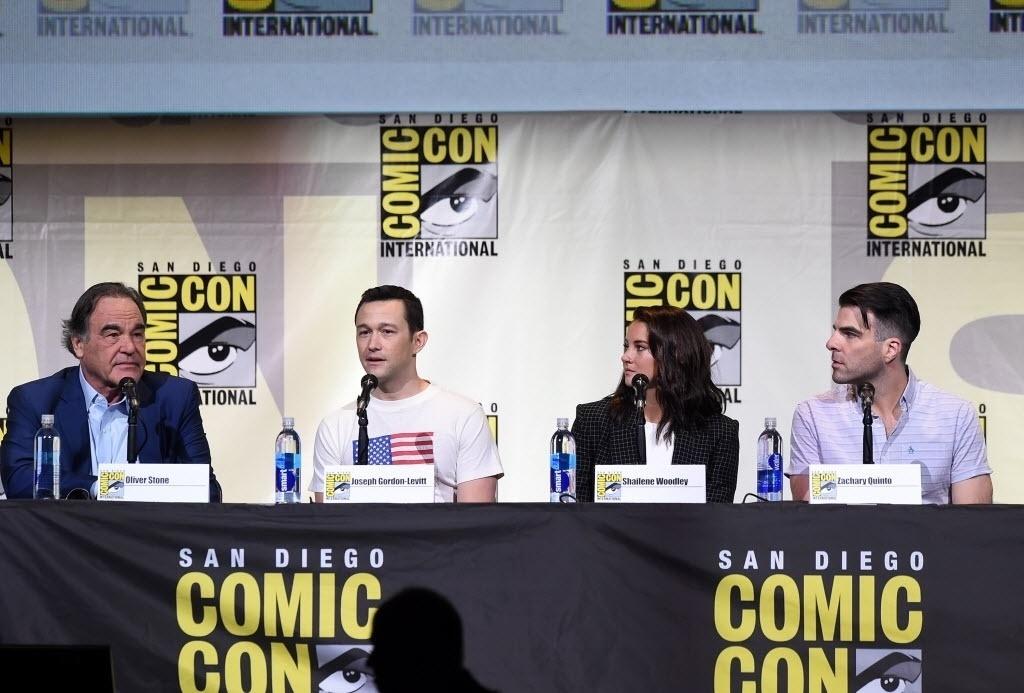 21.jul.2016 - O cineasta Oliver Stone (esq.) fez sua estreia na San Diego Comic-Con para apresentar o filme