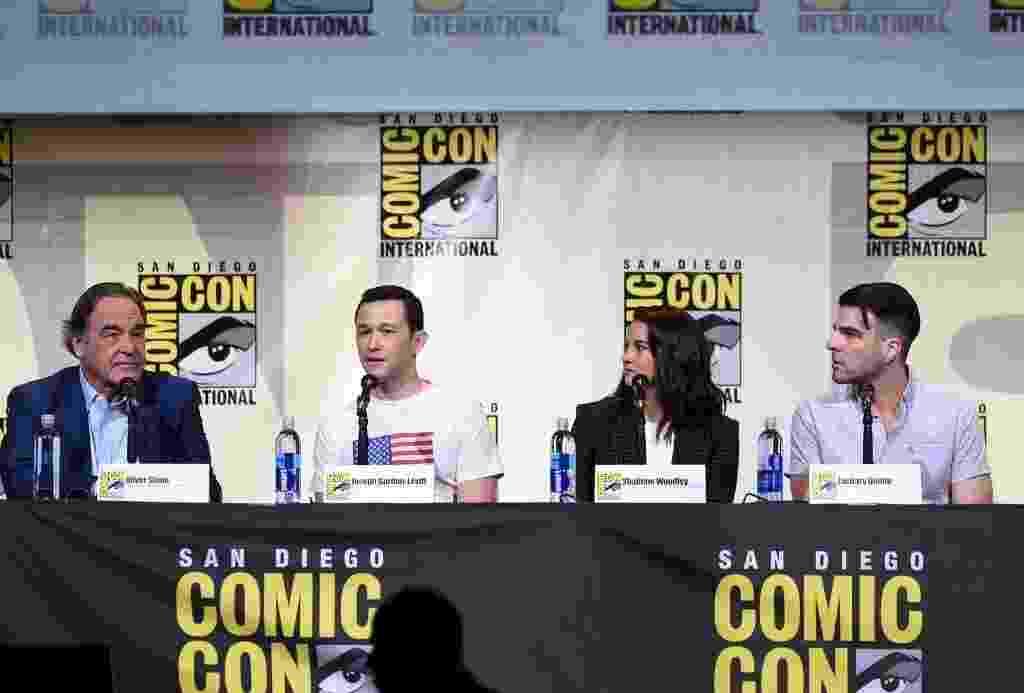 """21.jul.2016 - O cineasta Oliver Stone (esq.) fez sua estreia na San Diego Comic-Con para apresentar o filme """"Snowden"""", baseado na história de Edward Snowden, que revelou ao mundo que os EUA estavam espionando civis e chefes de estado de outros países. O painel também contou com o protagonista Joseph Gordon-Levitt, Shailene Woodley e Zachary Quinto - Kevin Winter/Getty Images/AFP"""