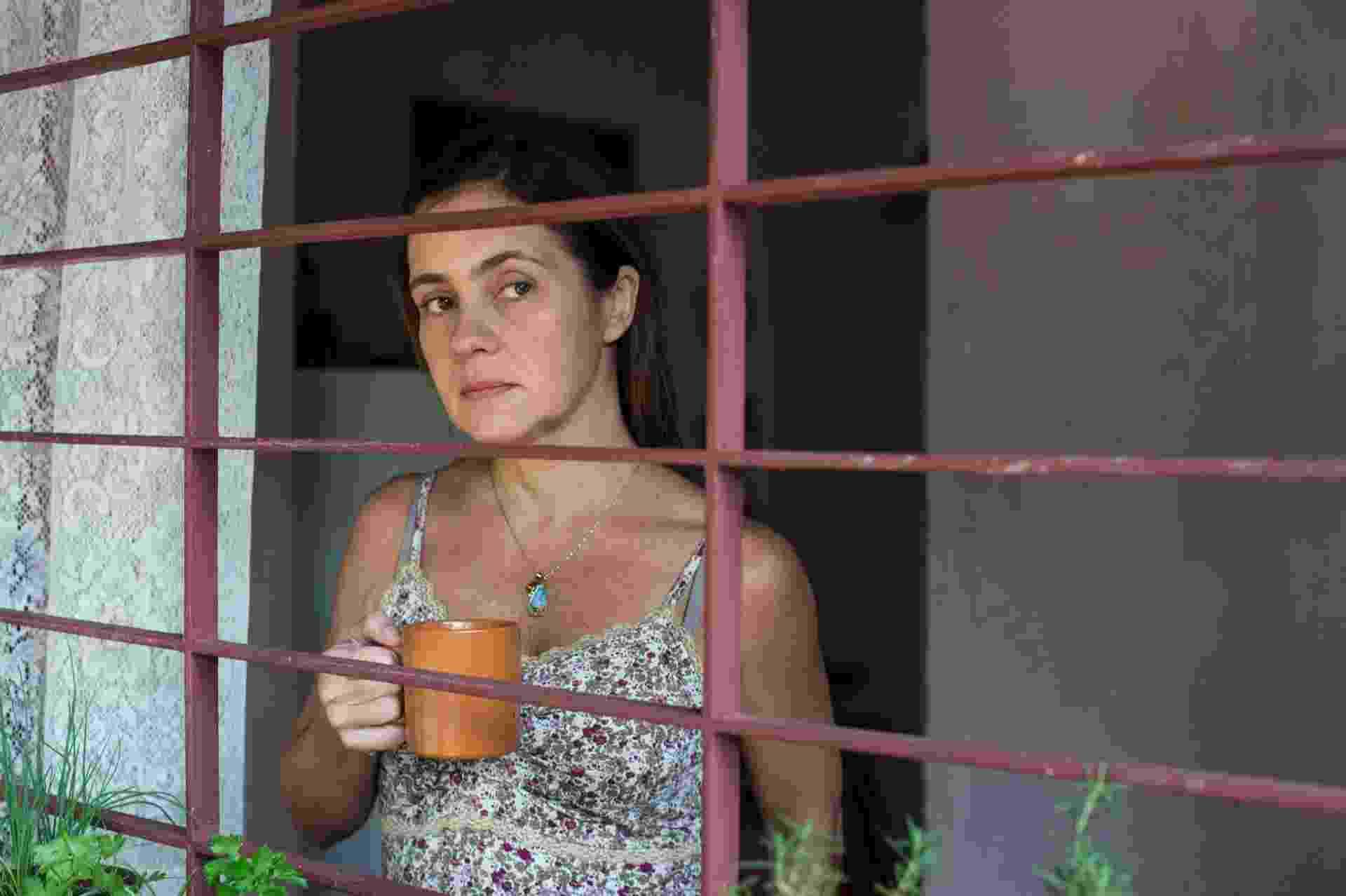 Adriana Esteves é Fátima, que se irrita com o cachorro dos novos vizinhos após seu filho ser atacado pelo animal. Ela perde a cabeça, mata o cachorro e o dono do animal, o policial machista Douglas (Enrique Diaz), decide se vingar plantando drogas no jardim da vizinha. Ela é presa por sete anos e vê sua vida e família desmoronar a cada dia - Estevam Avellar/Globo