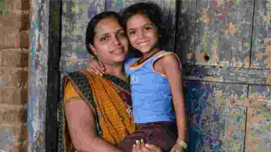 Casais de todo o mundo pagam mulheres indianas para receber seus embriões - BBC