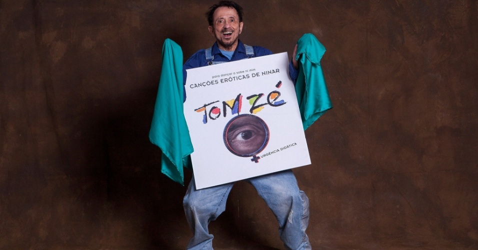 """Tom Zé com reprodução da capa de """"Canções Eróticas para Ninar"""""""
