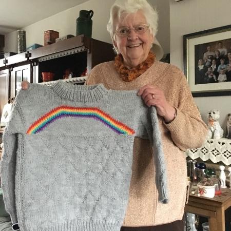 """""""Contei à minha avó que sou bissexual há algumas semanas e hoje ele me deu isso. Um suéter de arco-íris"""" - Reprodução/Tumbrl"""