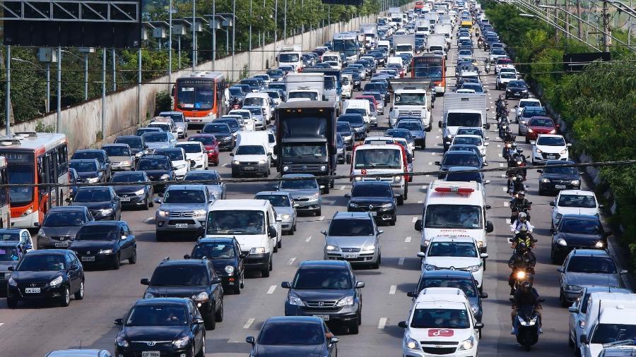 Regras para andar de moto no corredor ficaram fora do novo Código de Trânsito que entra em vigor nessa segunda-feira, 12 de abril   - Marcos Bezerra/Futura Press/Estadão Conteúdo