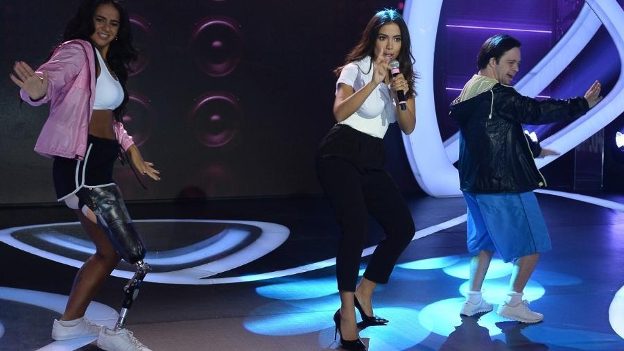 Anitta com os dançarinos Camille e Felipe no palco do Teleton - Francisco Cepeda / AgNews