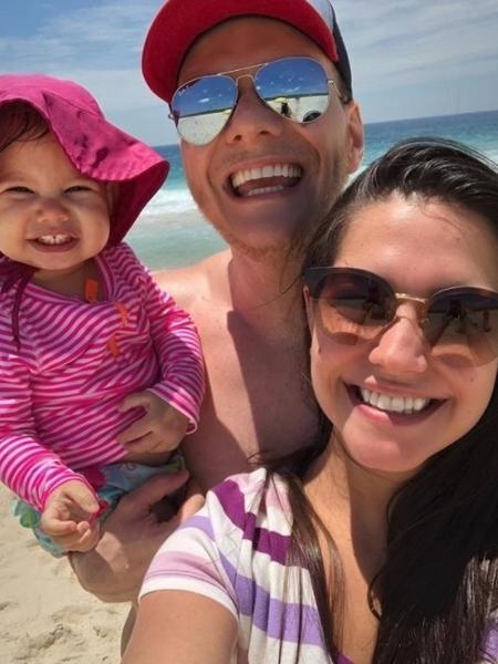 Michel Teló com Thais Fersoza e a filha, Melinda, na praia - Reprodução/Instagram