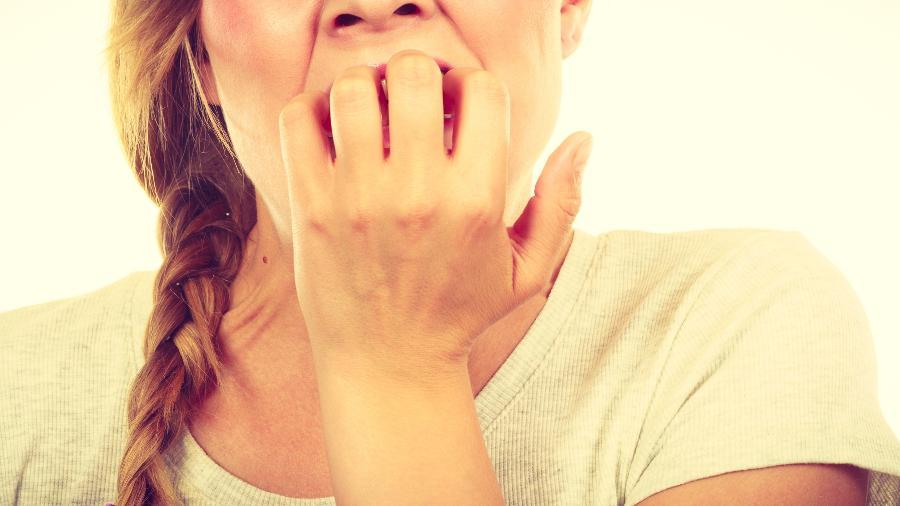 O hábito de roer as unhas não é inofensivo; pode causar infecções na pele e alterações na gengiva - Getty Images