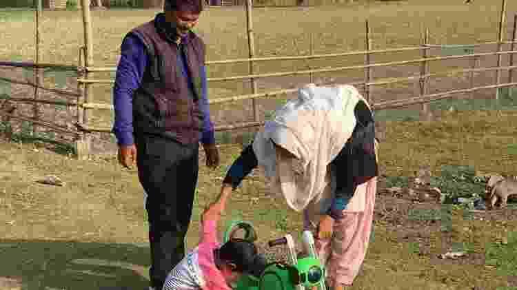 Shahabuddin Ahmed e sua mulher, Salma Parbin, decidiram não destrocar as crianças - BBC - BBC