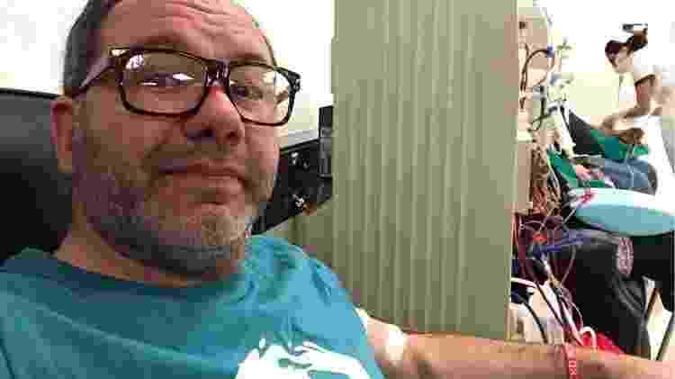 Javier Artigas em uma sessão de hemodiálise  - Arquivo Pessoal - Arquivo Pessoal