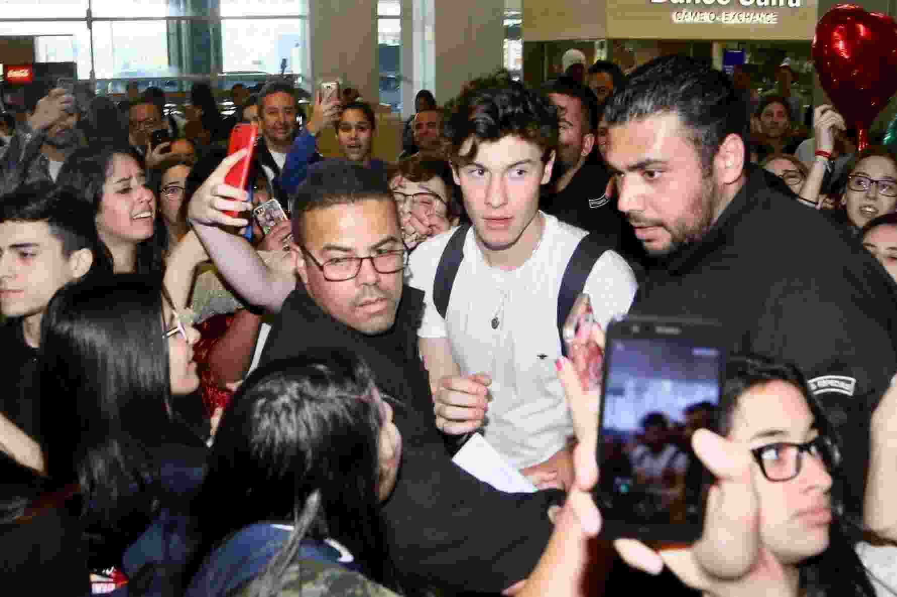 Sob tumulto, Shawn Mendes desembarca no aeroporto de Guarulhos, em São Paulo. O cantor canadense se apresenta no VillaMix Festival Goiânia no domingo (1º/7) - Manuela Scarpa/Brazil News