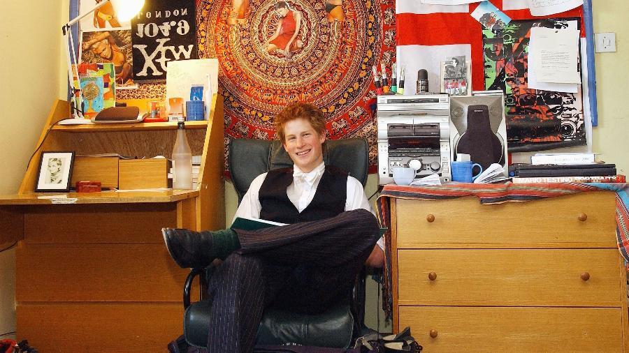 O príncipe Harry no seu quarto nos tempos de colégio - Getty Images