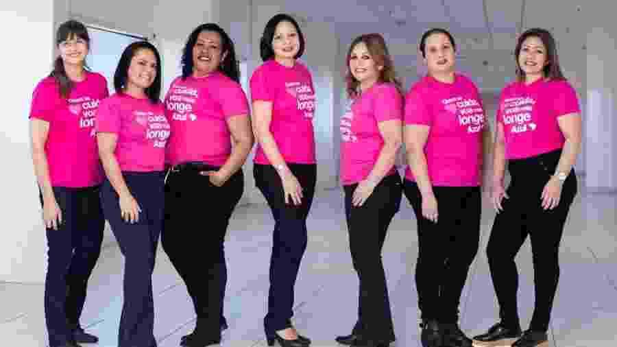 """O grupo de mulheres da Azul que venceu o câncer de mama; elas viajaram para Toulouse para """"buscar"""" avião cor-de-rosa - Divulgação"""