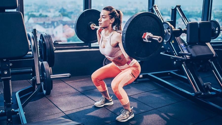 Com orientação, o agachamento pode ser feito por quem tem dores nos joelhos e ajuda a minimizar o problema - skynesher/IStock