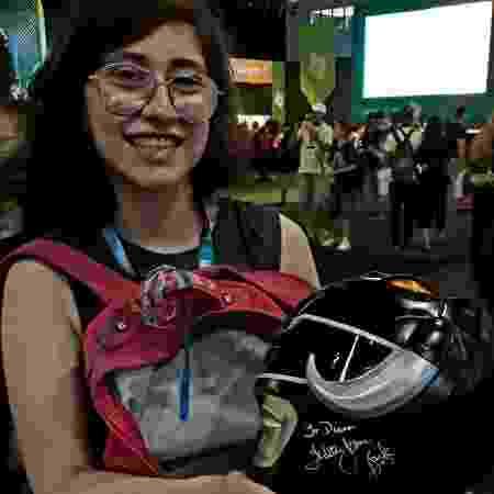 Diana Salomoni mostra capacete autografado por Walter Jones - Paulo Pacheco/UOL