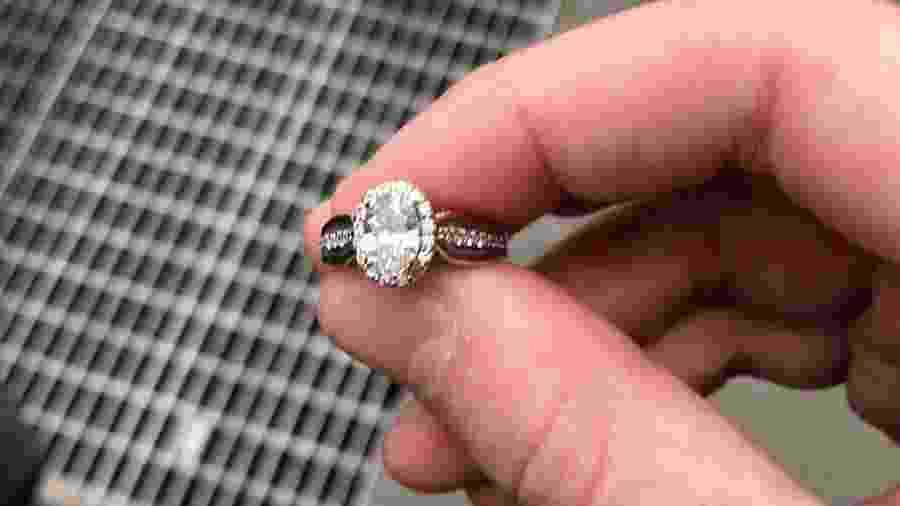 O anel de noivado recuperado pela polícia de Nova York no início de 2019 - Reprodução/Twitter
