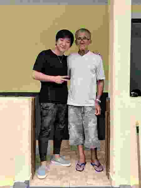 Pyong Lee posa com Nilson Izaias, a mais nova estrela do YouTube - Reprodução/Twitter
